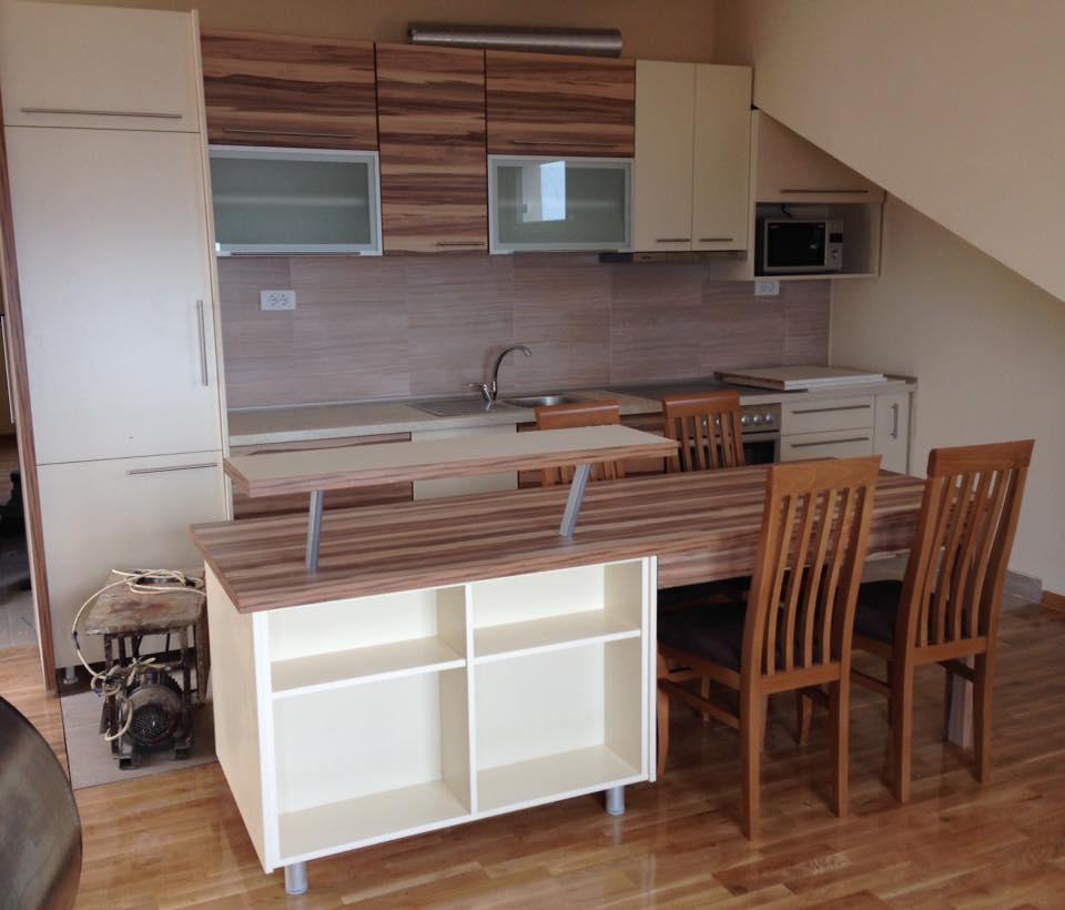 Kuhinja, tprezarijski sto i šank2