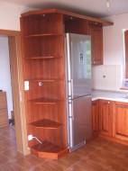 Kuhinja sa frontom od punog drveta i ugradnim elementima
