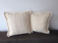 Komplet 2 dekorativna jastuka.    Dimenzije 42x42cm.    Punjeni pahuljama sundjera.    Svaka navlaka ima rajsferslus tako da moze da se skida i pere.    Veoma kvalitetni i jaki materijali koji se koriste za tapaciranje nameštaja.