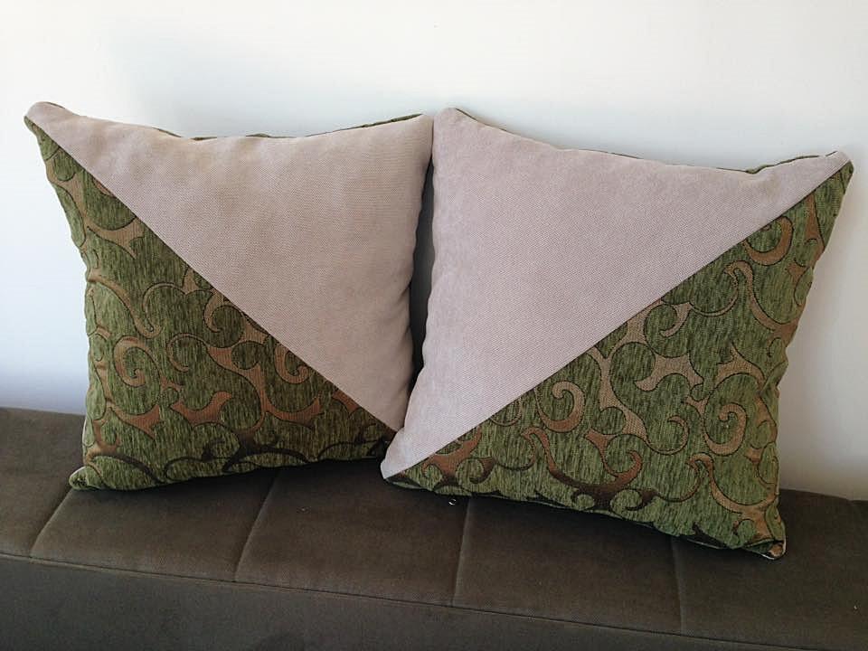 Komplet 2 dekorativna jastuka. Dimenzije 40x40cm. Punjeni pahuljama sundjera. Svaka navlaka ima rajsferslus tako da moze da se skida i pere. Veoma kvalitetni materijali.